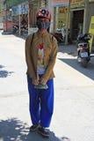 女孩站立室外在荣市,越南 库存图片