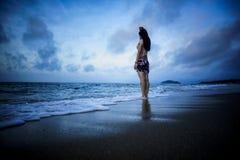 女孩站立海滩 库存图片