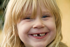 女孩笑的年轻人 免版税库存照片