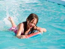 女孩笑的池 免版税图库摄影