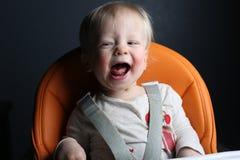 女孩笑的年轻人 免版税库存图片