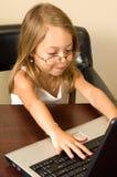 女孩笔记本个人计算机运作的年轻人 免版税图库摄影