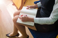 女孩笔记本写道 免版税库存图片