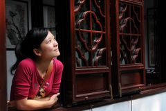 女孩精瘦的视窗 免版税图库摄影