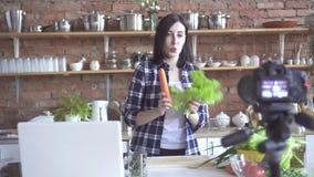 女孩素食主义者博客作者谈论在一个网络摄影的菜在互联网上 股票录像