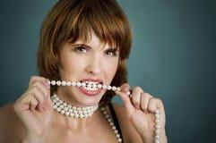 女孩红色嘴唇的perls 库存图片
