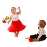 女孩红色裙子玫瑰舞蹈和男孩,夫妇爱,情人节 库存照片