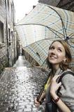 女孩纵向伞 免版税图库摄影