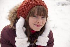 女孩纵向俏丽的微笑的冬天 免版税库存图片