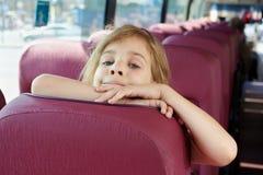 女孩纵向公共汽车位子的 库存图片