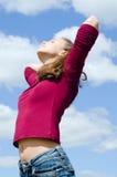女孩纵向天空 免版税库存图片