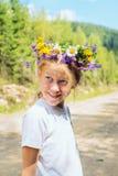 女孩纵向微笑少年 免版税库存图片