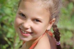 女孩纵向微笑的年轻人 免版税图库摄影