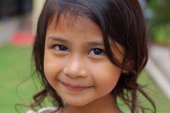 女孩纵向微笑的甜点 免版税库存照片