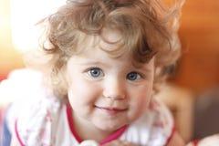 女孩纵向微笑 免版税库存照片