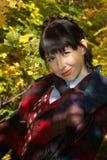 女孩纵向木头的 免版税库存图片