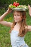 女孩纵向蔬菜 免版税库存图片