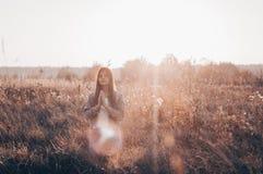 女孩结束了她的在信念的祷告概念折叠的眼睛,祈祷户外,手,灵性和宗教 希望,梦想概念 免版税库存图片