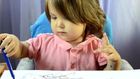 女孩绘画在桌上,创造性发展,画图片,早开始,学龄前概念 股票视频