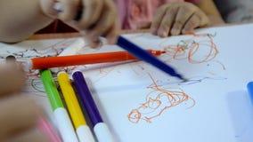 女孩绘画在桌上,创造性发展,画图片,早开始,学龄前概念 影视素材