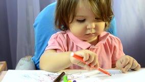 女孩绘画在桌上,创造性发展,画图片,早开始,学龄前概念 股票录像