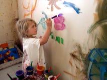 女孩绘画墙壁 库存照片