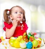 女孩绘鸡蛋 图库摄影