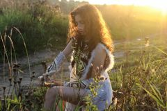 女孩给亚马逊自然日落穿衣 免版税库存照片
