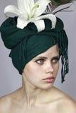 女孩绿色顶头围巾 免版税库存照片