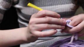 女孩编织amigurumi玩具 股票录像