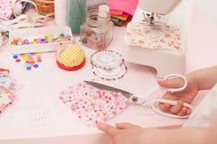女孩缝合从织品片断的礼服玩偶  免版税库存照片