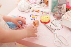 女孩缝合从织品片断的礼服玩偶  库存图片