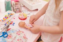 女孩缝合从织品片断的礼服玩偶  免版税库存图片