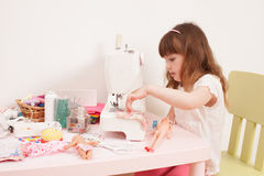 女孩缝合从织品片断的礼服玩偶  免版税图库摄影