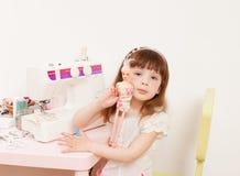 女孩缝合从织品片断的礼服玩偶  图库摄影