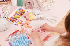 女孩缝合从织品片断的礼服玩偶  库存照片