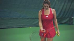 女孩网球员转动球拍 股票录像