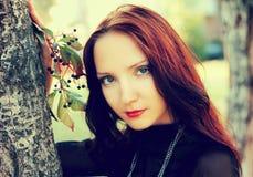 女孩美丽的秋天画象  免版税库存照片