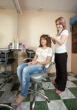 女孩美发师工作 免版税库存照片