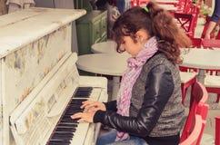女孩老钢琴使用 库存照片