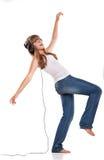 女孩耳机听的可爱的音乐 免版税库存照片