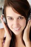女孩耳机少年佩带 免版税库存照片
