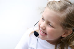 女孩耳机电话佩带的年轻人 免版税库存照片