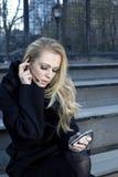女孩耳机电话 免版税库存照片