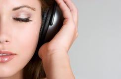 女孩耳机音乐 库存图片