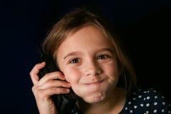 女孩联系在电话 免版税库存图片