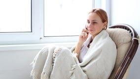女孩联系在电话 股票录像
