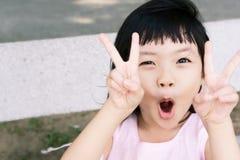 女孩胜利 免版税库存照片
