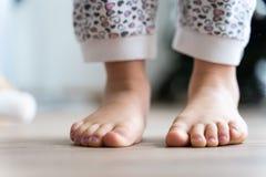 女孩脚准备跳跃 免版税库存照片
