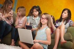 女孩膝上型计算机一点使用 免版税库存照片